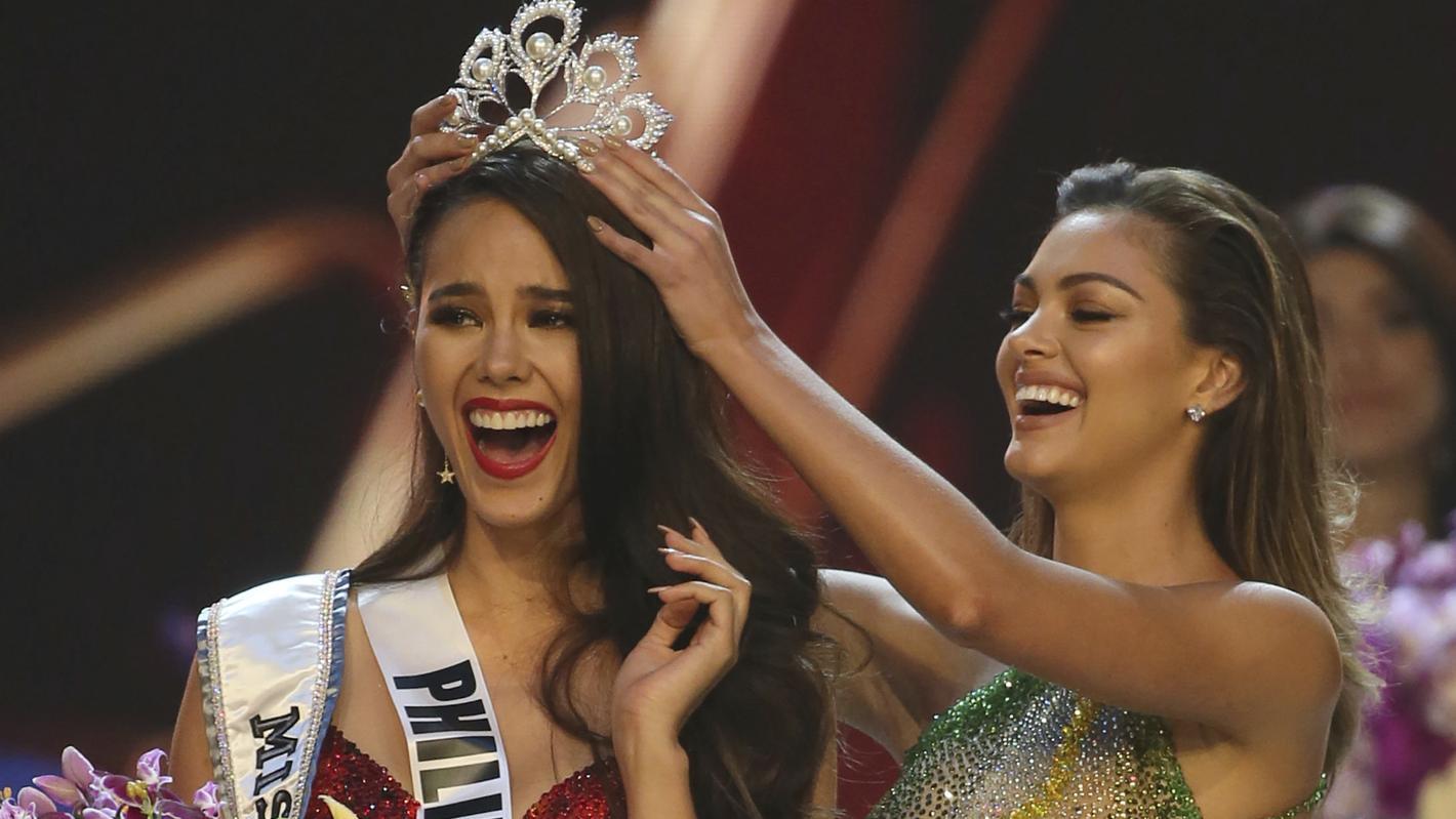 """17.12.2018, Thailand, Bangkok: Catriona Gray (l) von den Philippinen wird im Rahmen der Wahl zur """"Miss Universe 2018"""" von der Vorjahressiegerin Demi-Leigh Nel-Peters aus Südafrika zur Siegerin gekrönt."""