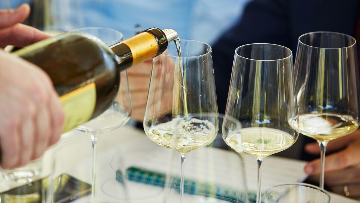 Wein wird in Gläser eingeschenkt