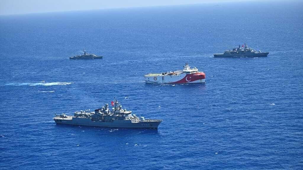 Das türkische Forschungsschiff Oruc Reis, eskortiert von Schiffen der Marine im östlichen Mittelmeer.