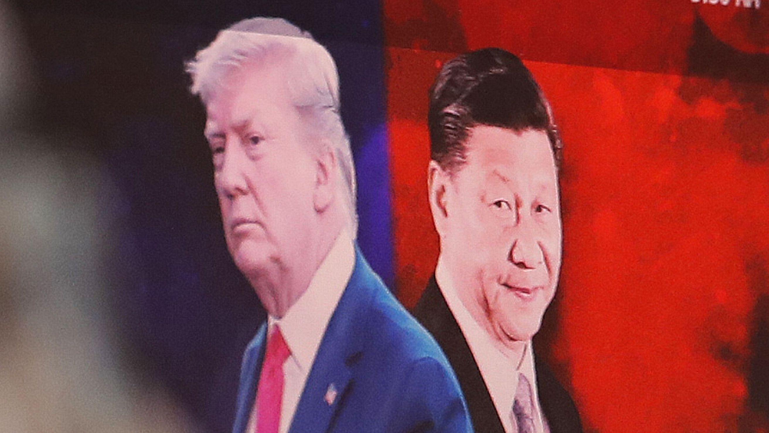 Bilder von Donald Trump und Chinas Staatsschef Xi Jinping auf einer Videowand