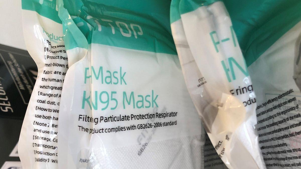 Schutzmasken in ihrer Verpackung