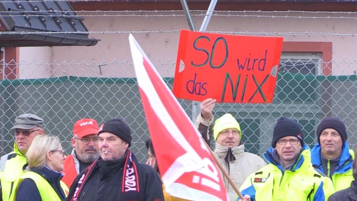 Streikende vor der Kaserne der US-Army in Ansbach-Katterbach