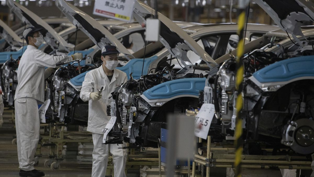 Autofabrik in China mit Arbeitern