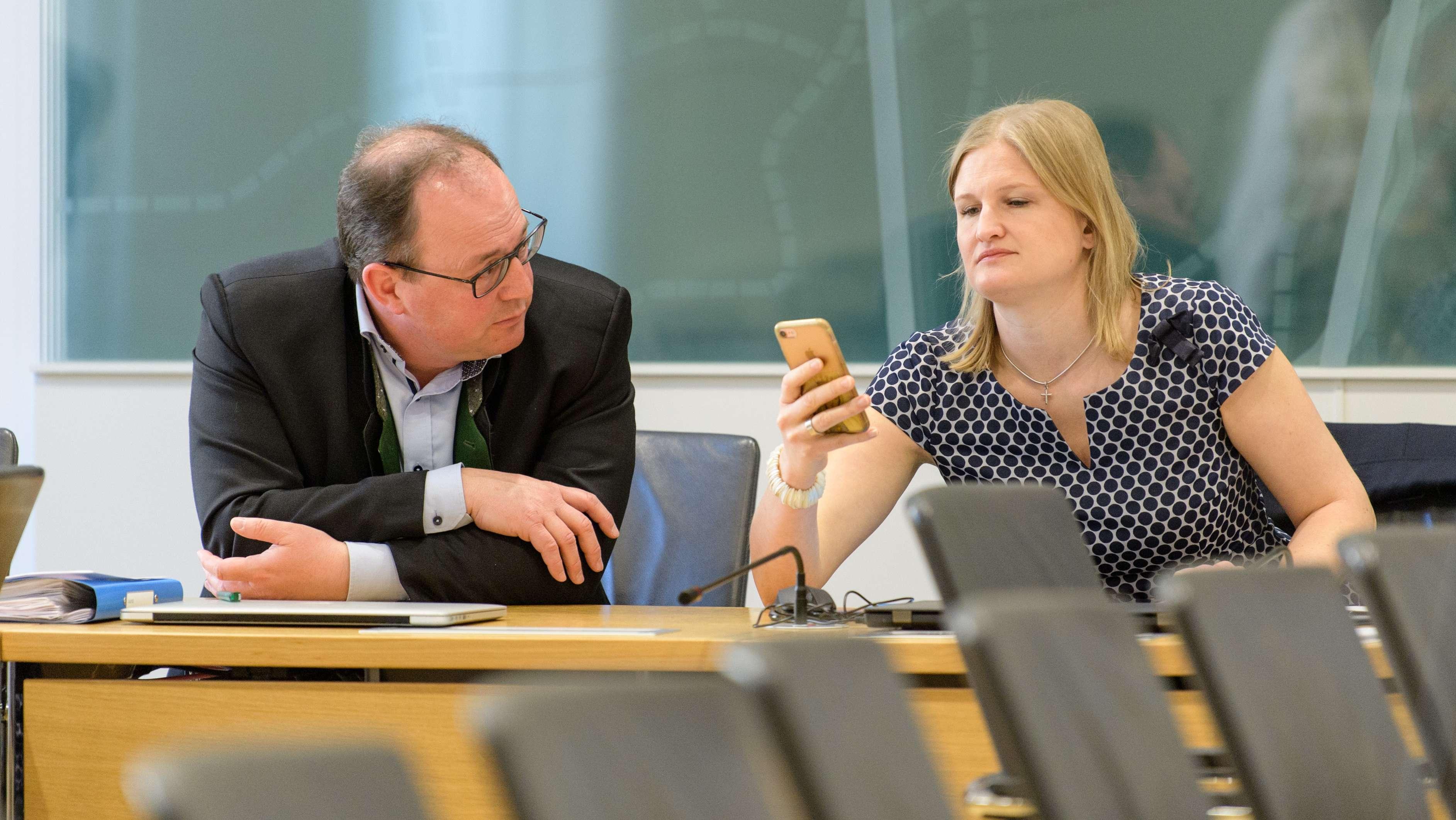 Markus Plenk und Katrin Ebner-Steiner, die beiden Vorsitzenden der AfD-Fraktion, bei einer Sitzung im Bayerischen Landtag.