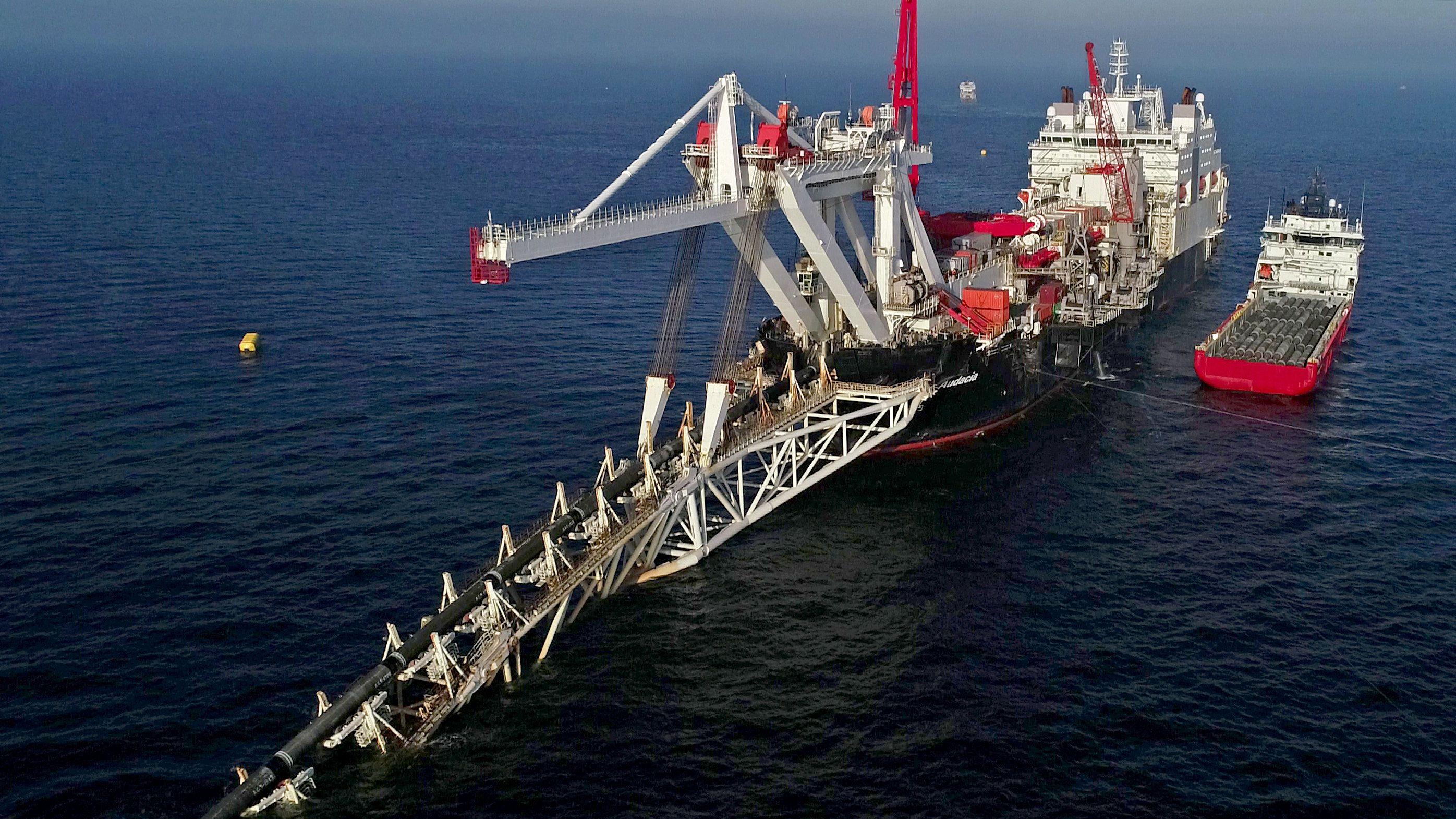 """Das Schiff """"Audacia"""" verlegt in der Ostsee Rohre."""