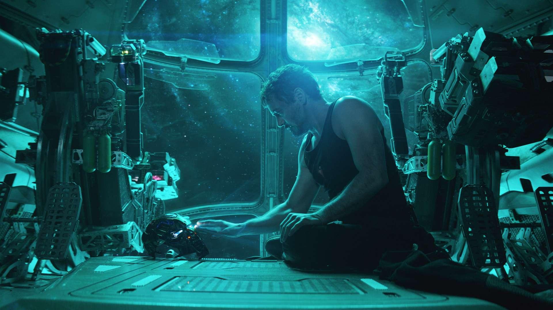 """Langsam geht ihm die Luft aus: Tony Stark versucht, auf die Erde zurückzukommen. Filmszene aus """"Avengers 4: Endgame"""""""