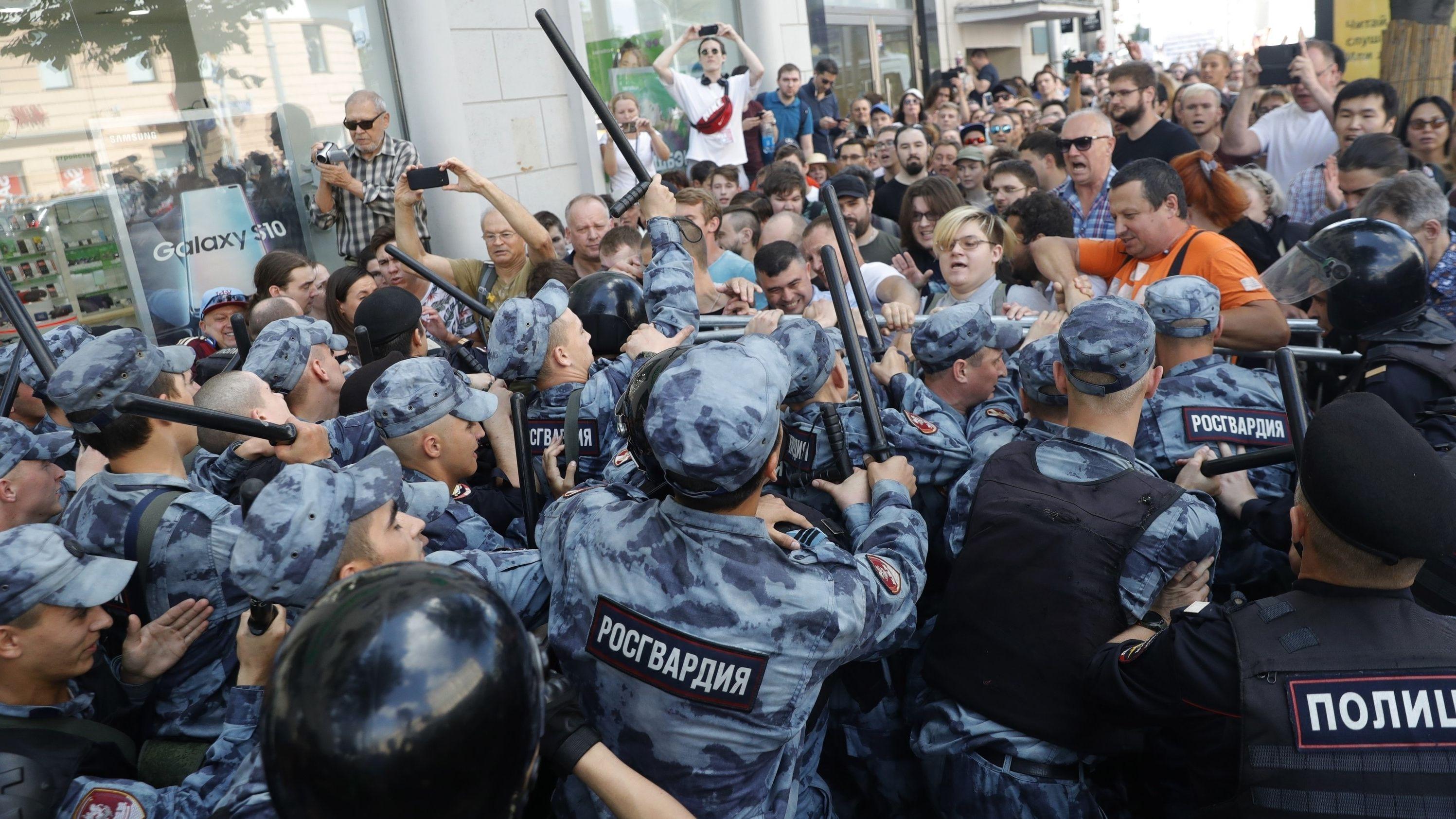 Demonstranten geraten mit der Polizei während einer nicht genehmigten Kundgebung im Zentrum von Moskau aneinander.