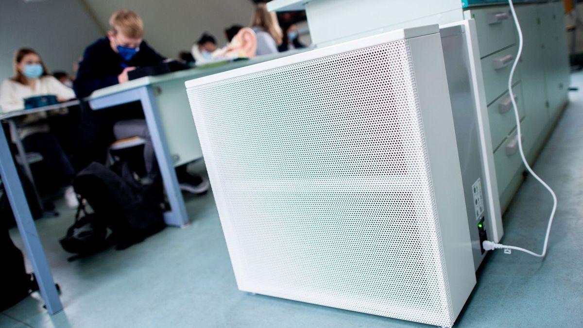 Luftfilter in einem Fachraum an einem Gymnasium (Symbolbild)