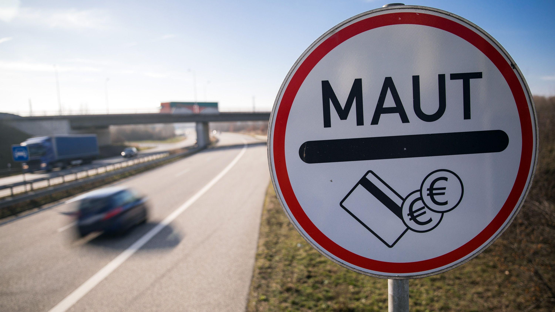 Ein Verkehrsschild weist Autofahrer auf die Mautpflicht für die Passage des Warnowtunnels in Rostock (Mecklenburg-Vorpommern) hin.