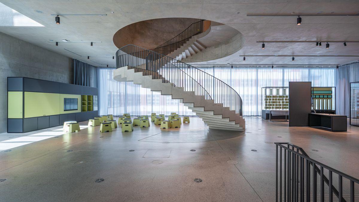 Freitreppe aus Beton führt in kreisrunde Decken-Öffnung