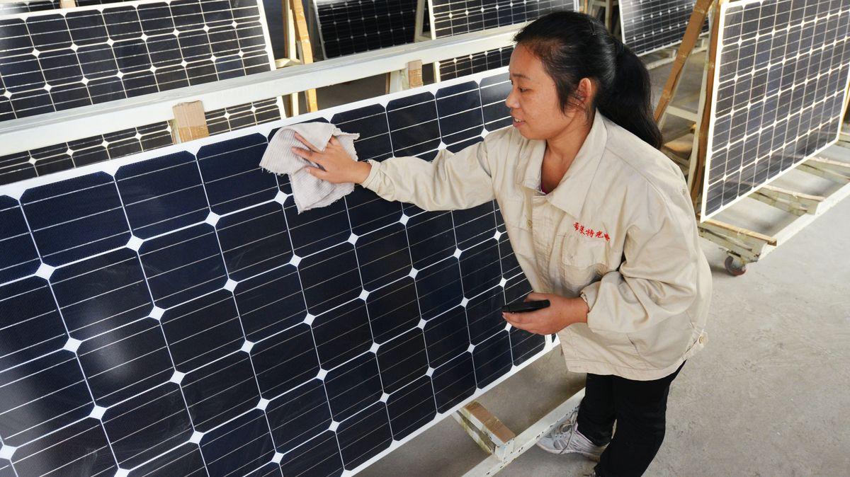 Chinesische Arbeiterin putzt Solarmodule
