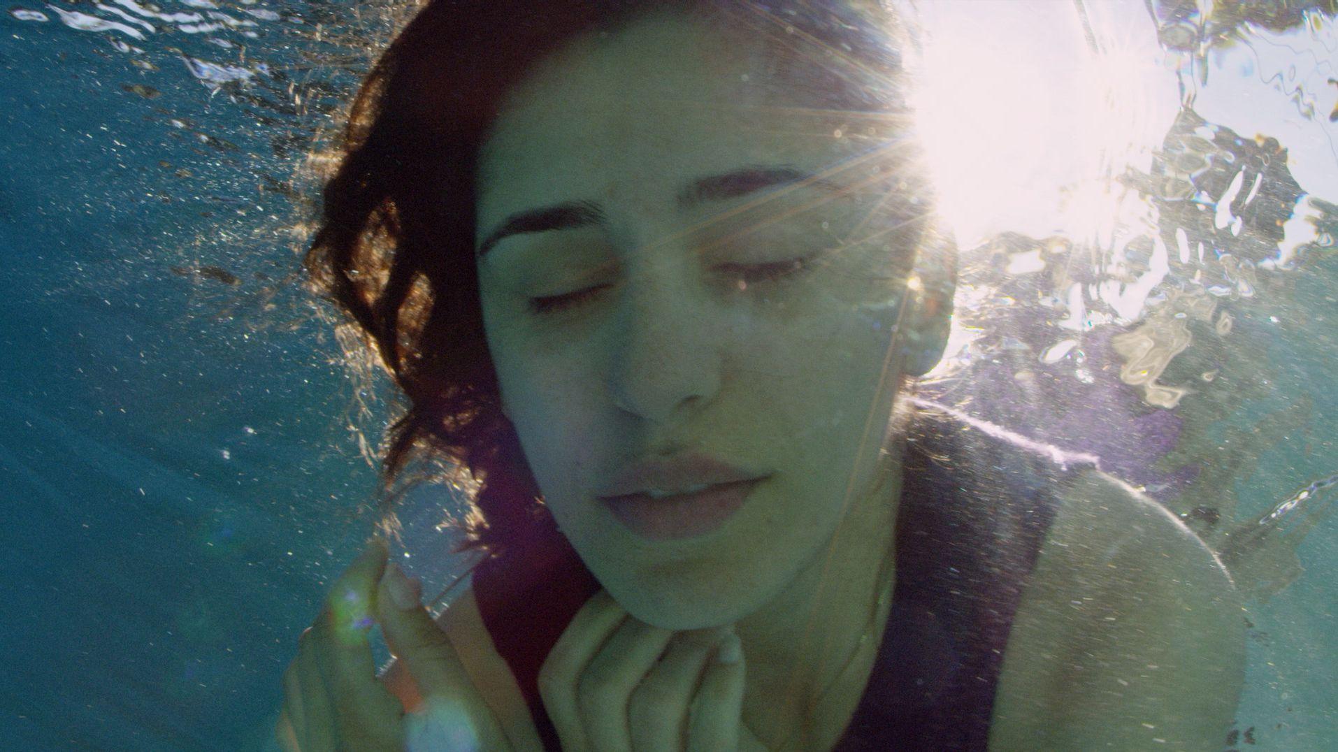 """In einer Szene in """"Born in Evin"""" taucht Maryam Zaree mit geschlossenen Augen unter Wasser"""