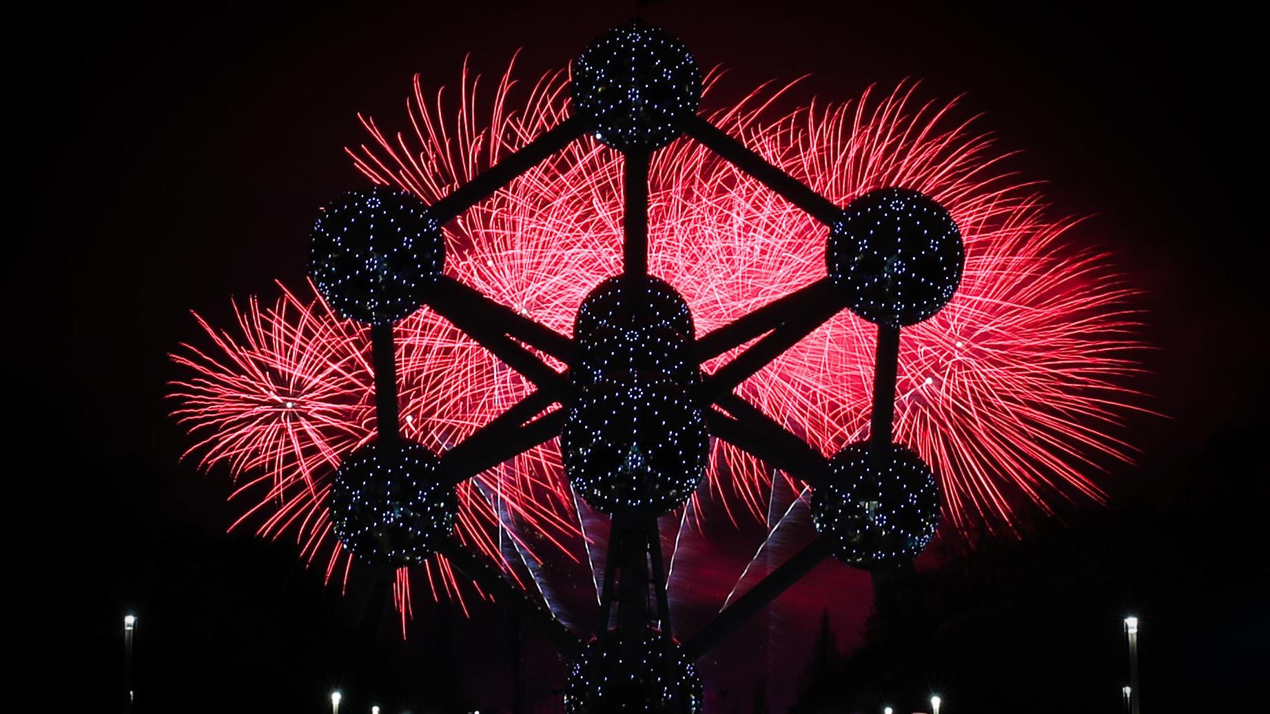Vom Feuerwerk erleuchteter Himmel am Atomium in Brüssel