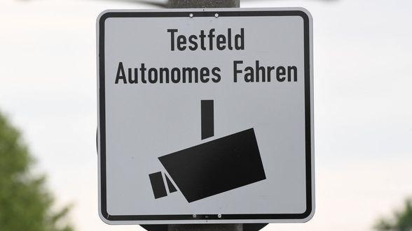 """Ein Schild mit der Aufschrift: """"Testfeld Autonomes Fahren"""""""