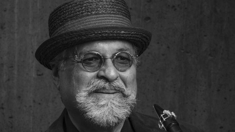 Lächelnder, älterer Herr mit Brille, Hütchen und Vollbart - Der US-Amerikaner Joe Lovano ist einer der besten Tenor-Saxofonisten des Jazz.