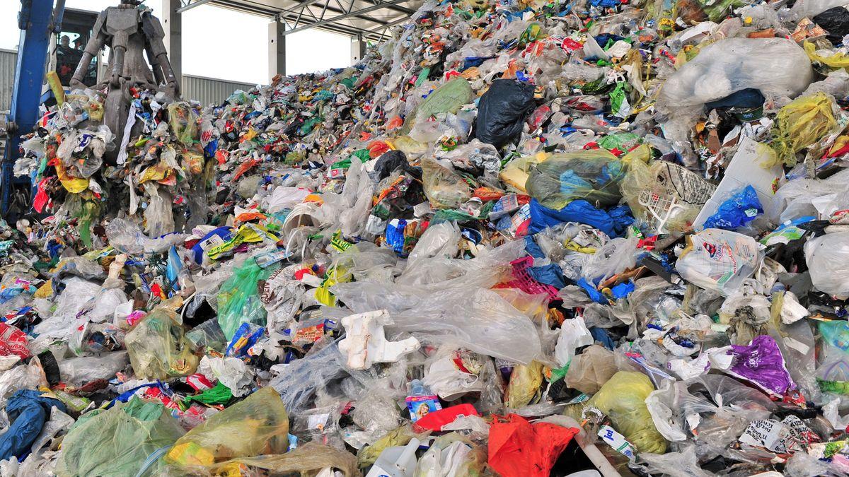 In einer Wertstoffaufbereitungs- und  Sortieranlage in Thüringen wird Müll vorsortiert.