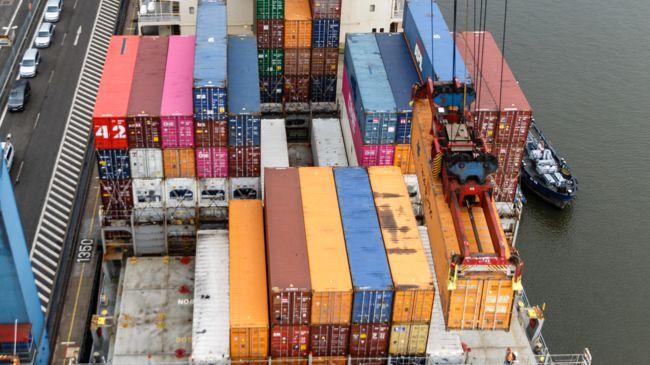 in Containerschiff wird entladen