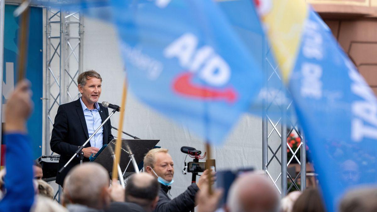 Archivbild: Thüringer AfD-Fraktions- und Parteivorsitzender, spricht zum 30. Jahrestag der Deutschen Einheit auf einem Marktplatz.