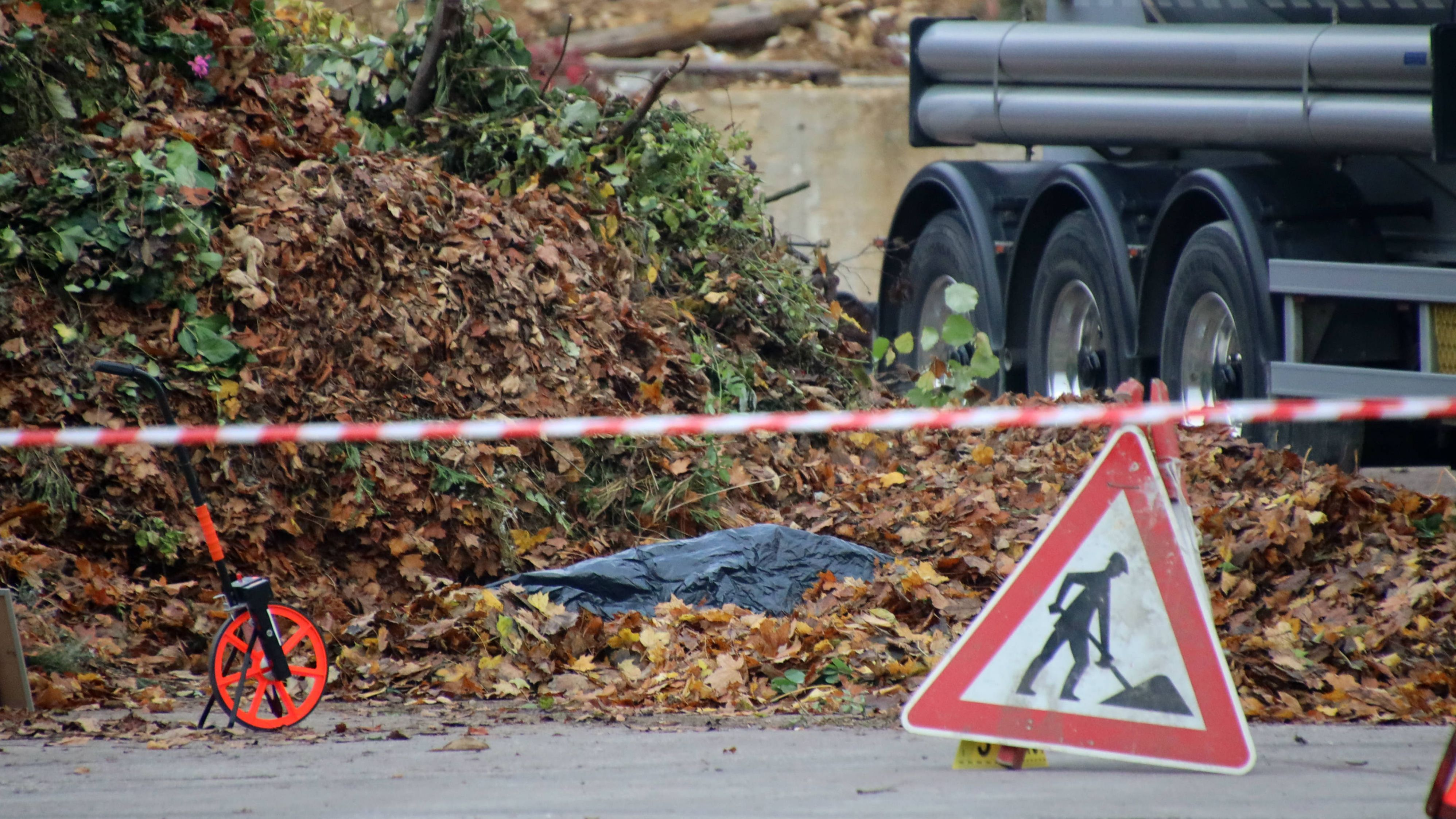 Auf dem Gelände einer Spedition in Burglengenfeld wurde die Leiche eines Mannes gefunden.