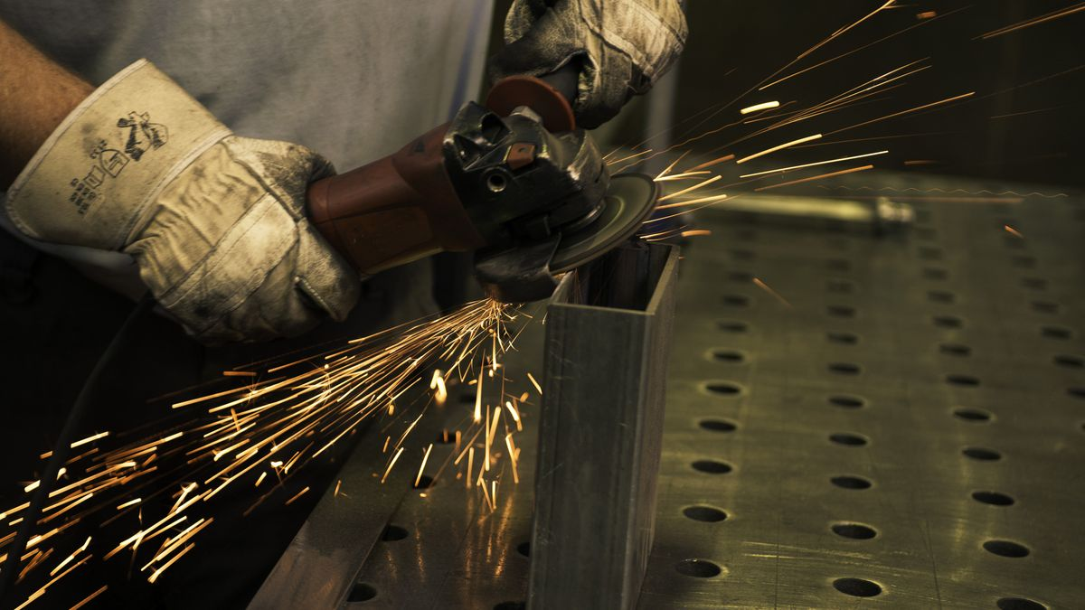 Mann benutzt eine Schleifmaschine in der Werkstatt