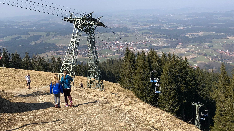Nur vereinzelte Wanderer und Familie auf dem Hörnle, Bad Kohlgrub