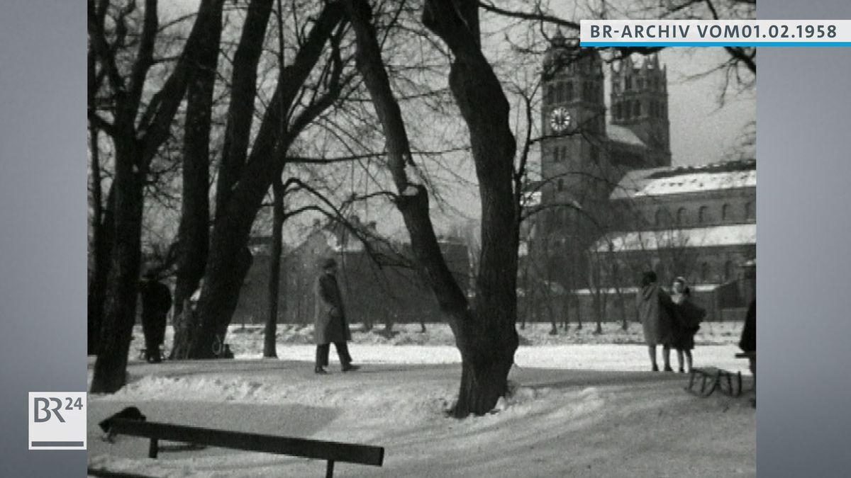 Mann beim Spaziergang im verschneiten München