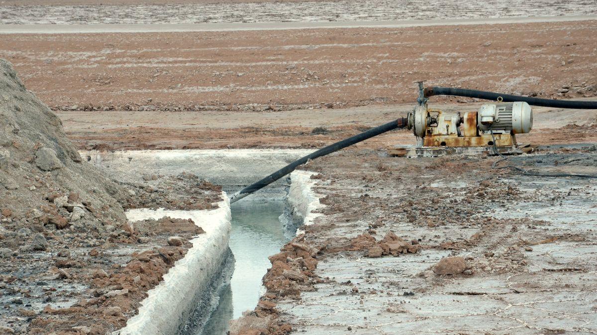 Ein Kanal zum Absaugen der wertvollen Rohstofflösungen, die unter der Salzkruste des Salars de Uyuni in Bolivien lagern,