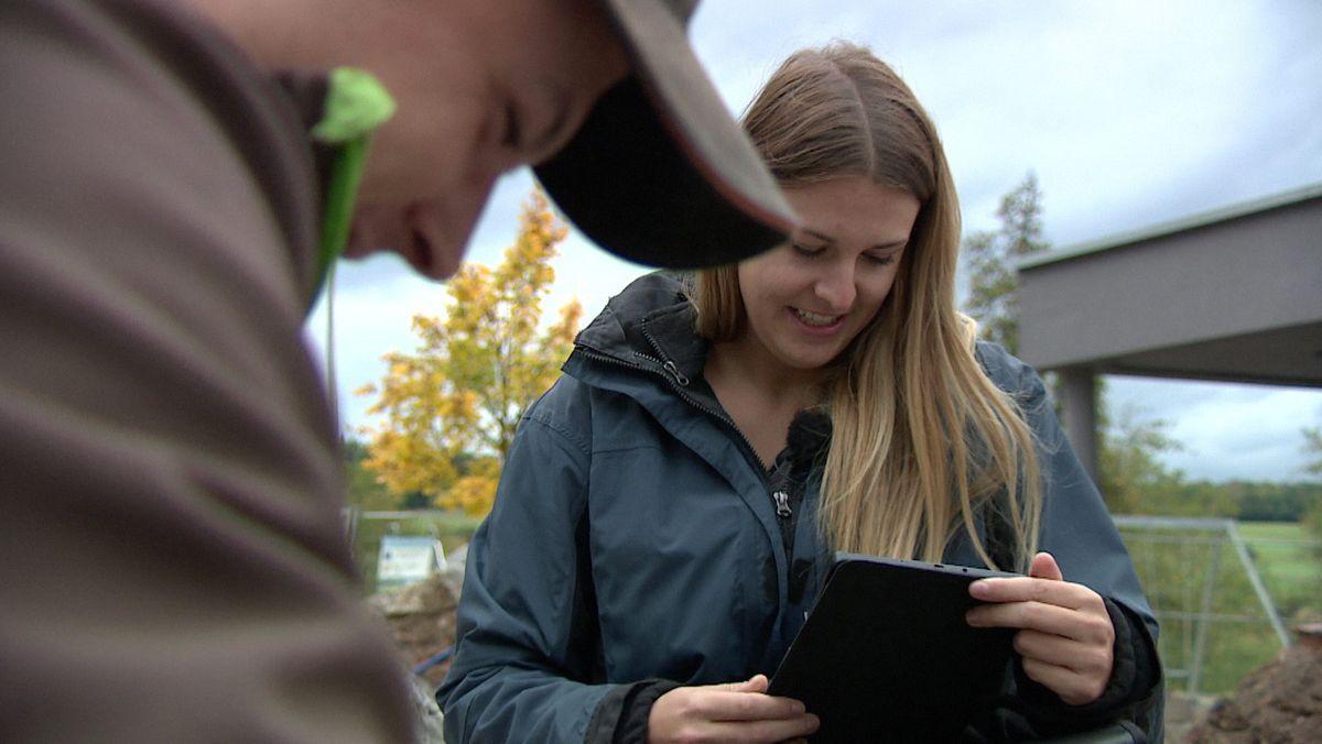 Jobcoach Lisa Bruckert im Gespräch mit einem Arbeitnehmer