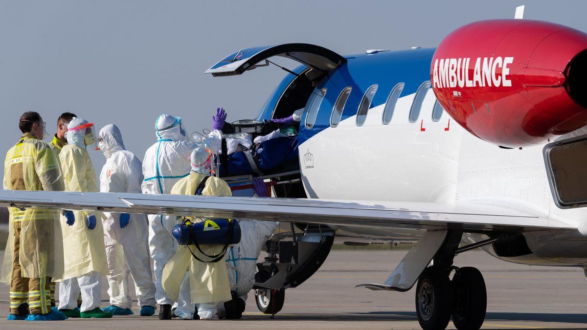 Ein schwer kranker Covid-19-Patient aus Frankreich wird auf dem Flughafen Dresden International aus einem Ambulanzflugzeug transportiert
