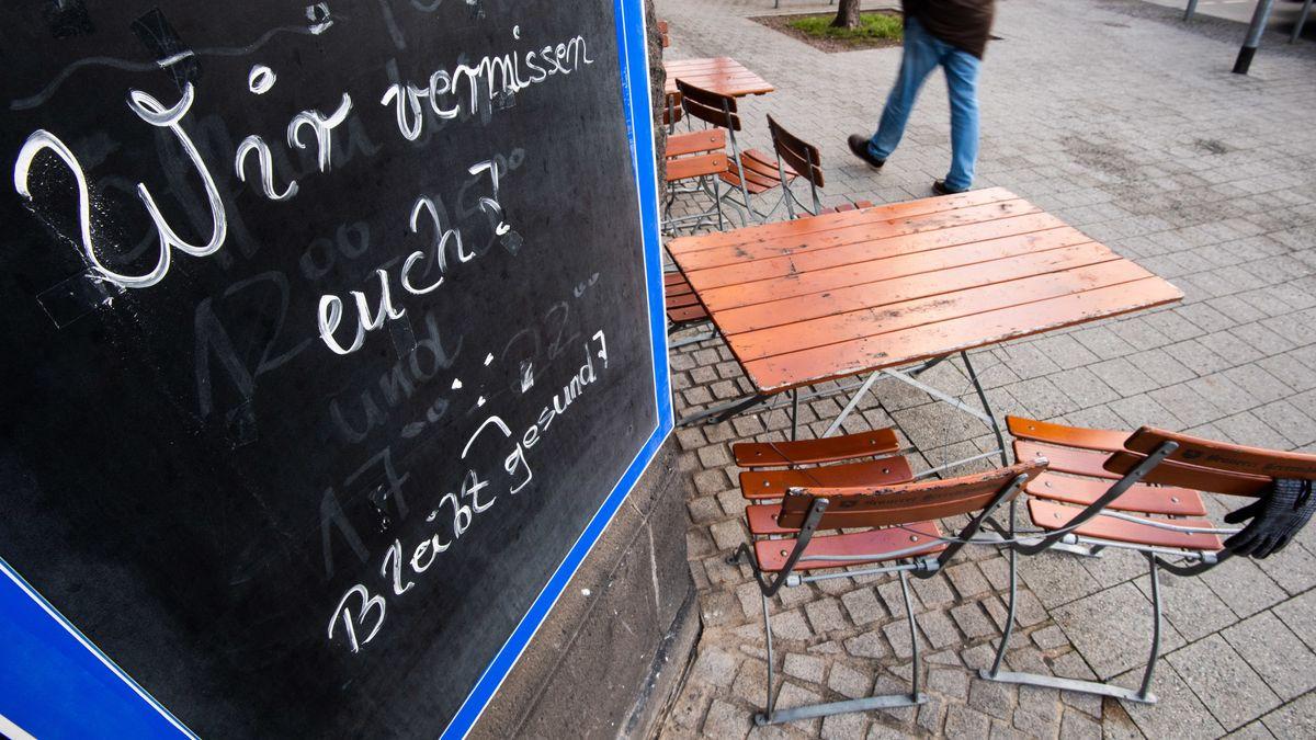 """Auf einem Schild steht an einer geschlossenen Gaststätte: """"Wir vermissen euch. Bleibt gesund""""."""