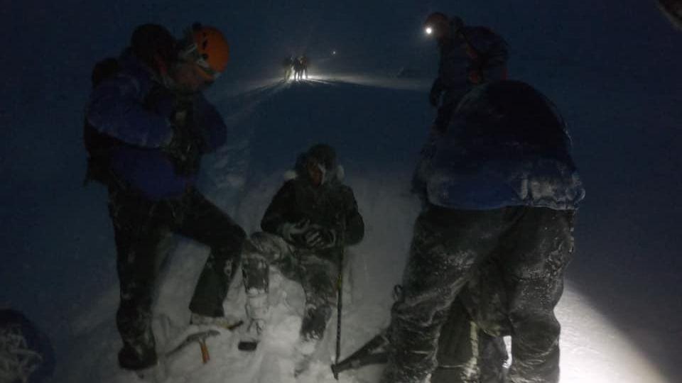 Bergretter des Lochaber Moutain Rescue Teams erreichen einen der vier Vermissten auf dem schottischen Berg Ben Nevis