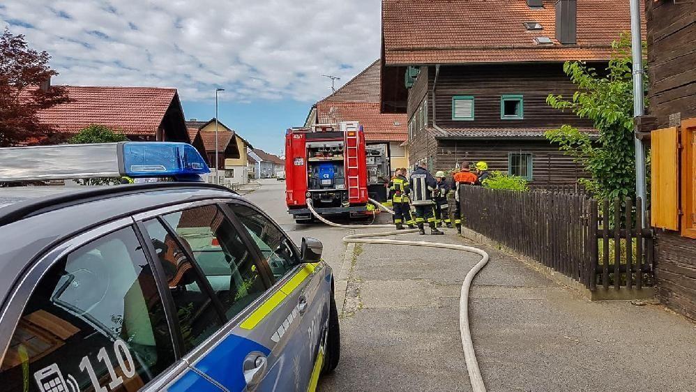 Polizei und Feuerwehr am Einsatzort in Malching