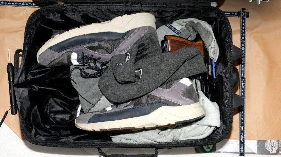 Ein Reisekoffer mit sichergestellter Kleidung.