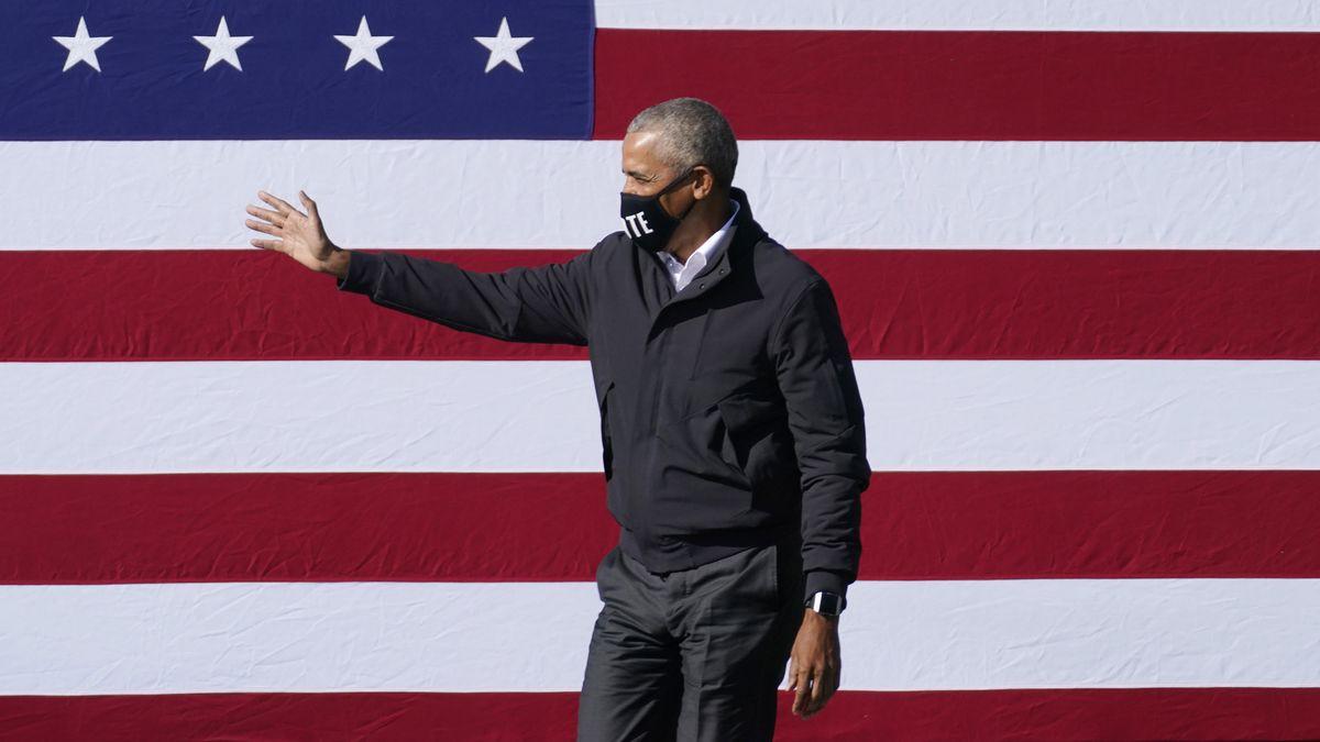 Ex-Präsident vor der US-amerikanischen Flagge.