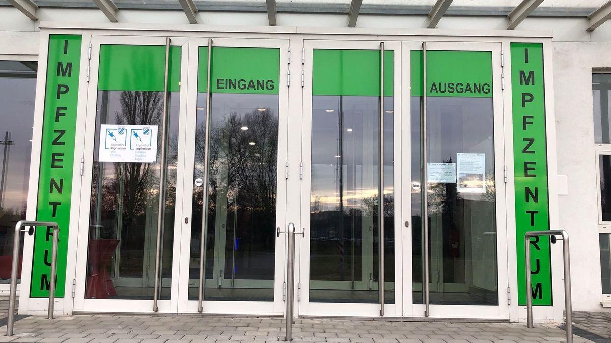 Der Eingang zum Impfzentrum in Straubing