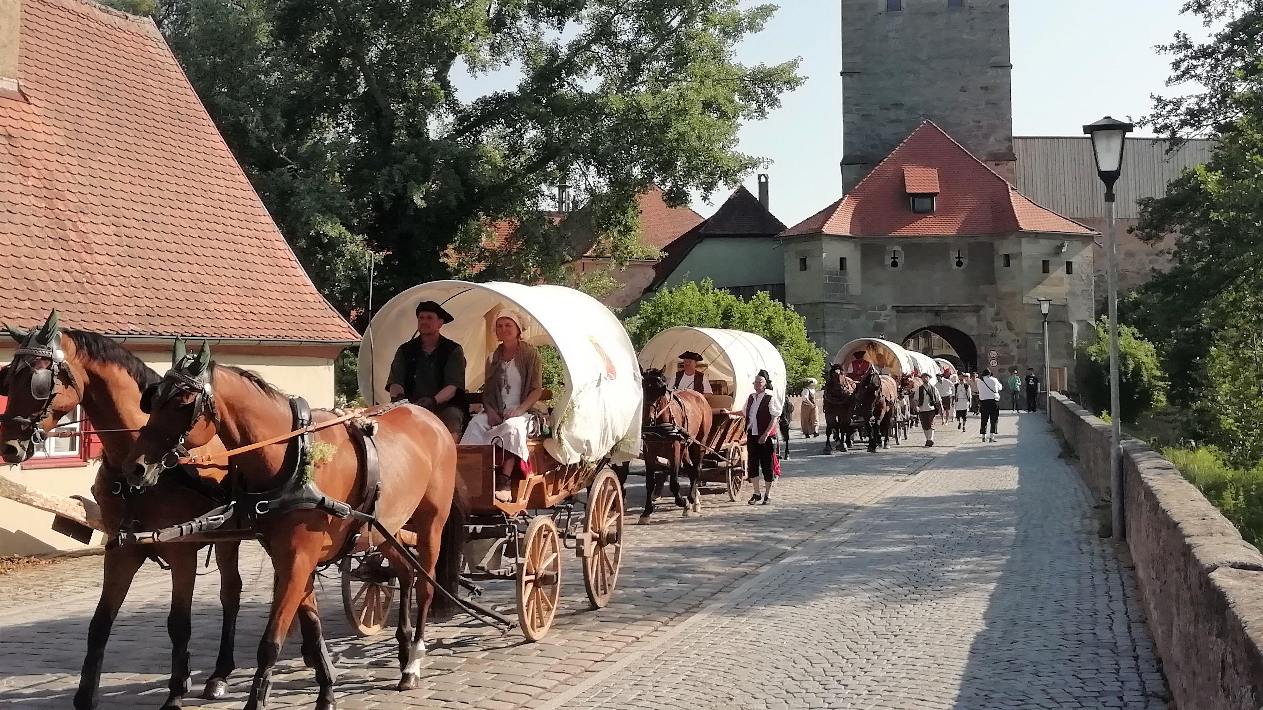 Der historische Kaufmannszug beim Einzug in Dinkelsbühl am Mittwoch (05.06.19)