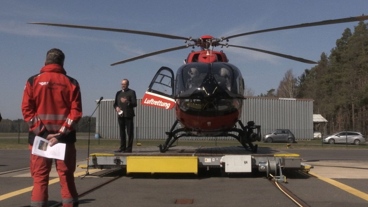 Landrat Andreas Meier (CSU) vor dem neuen Rettungshubschrauber für die Luftrettung in der Nordoberpfalz