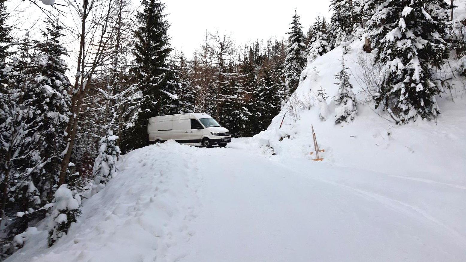 Der im Schnee festgefahrene Paketlieferwagen auf der Forststraße zur Kührointalm.