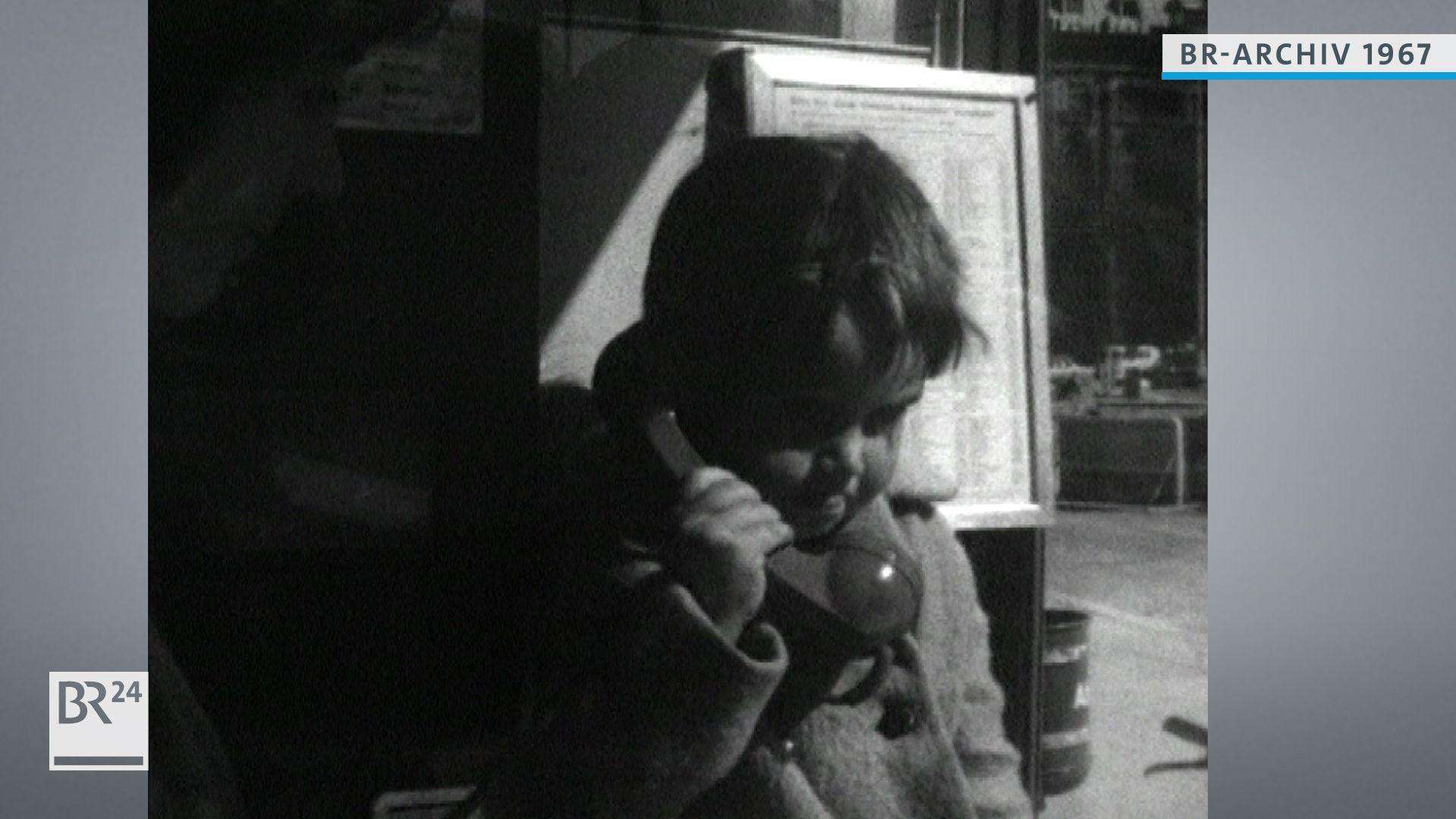 Kind beim Telefonieren