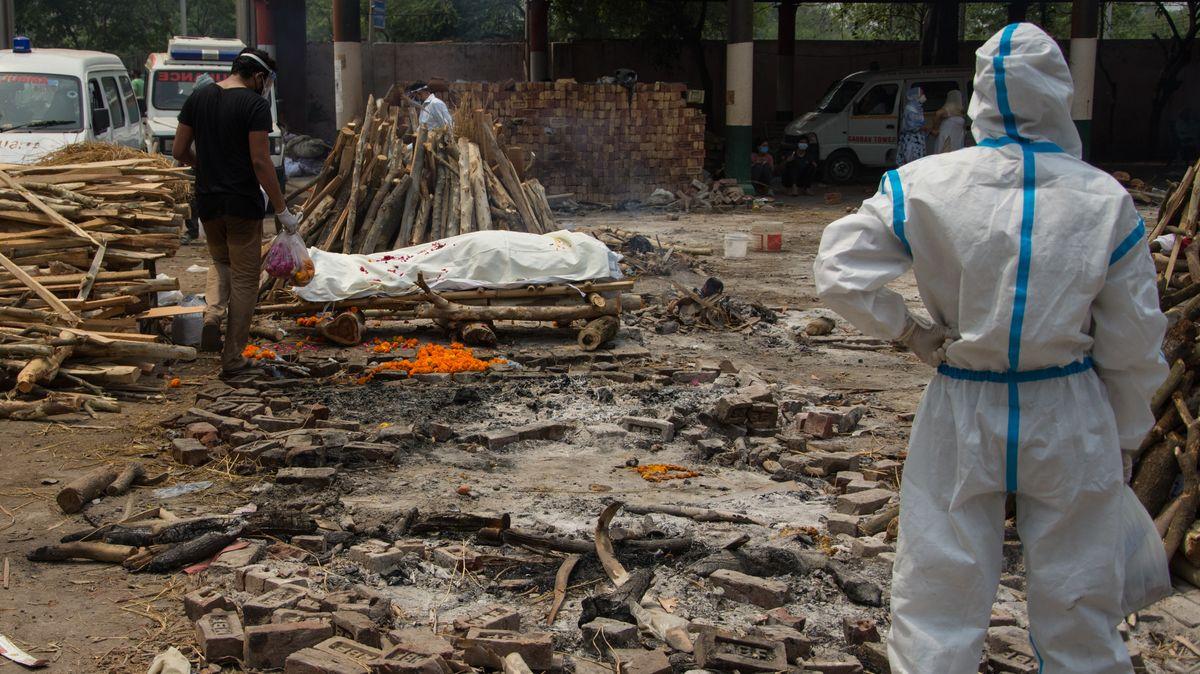 Abtransport und Verbrennung von Corona-Toten in Indien