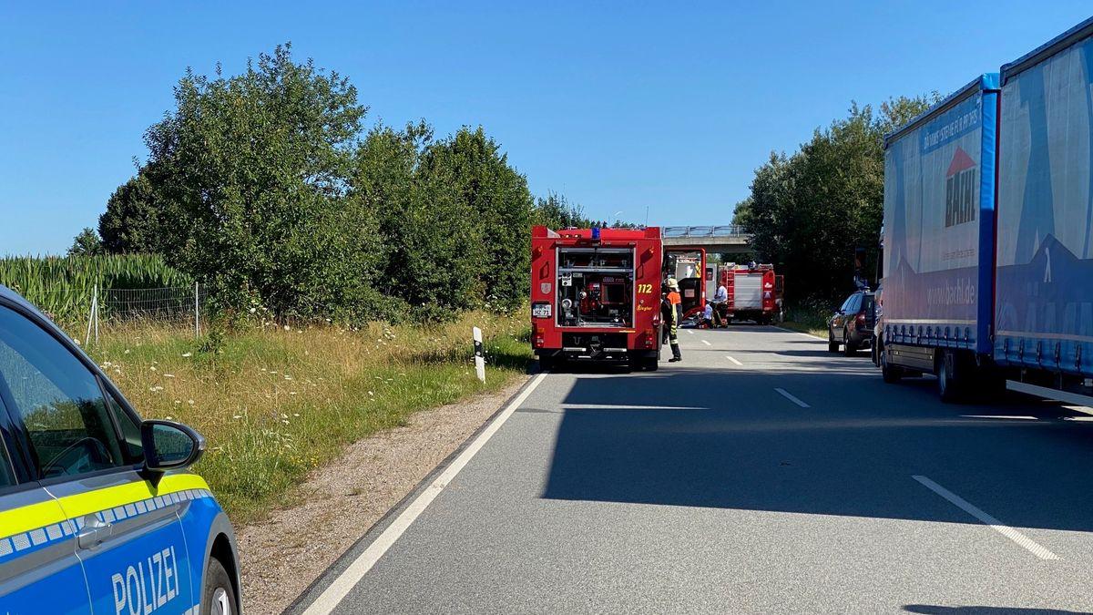 Unfallstelle auf der B16 bei Hauzendorf im Lkr. Regensburg