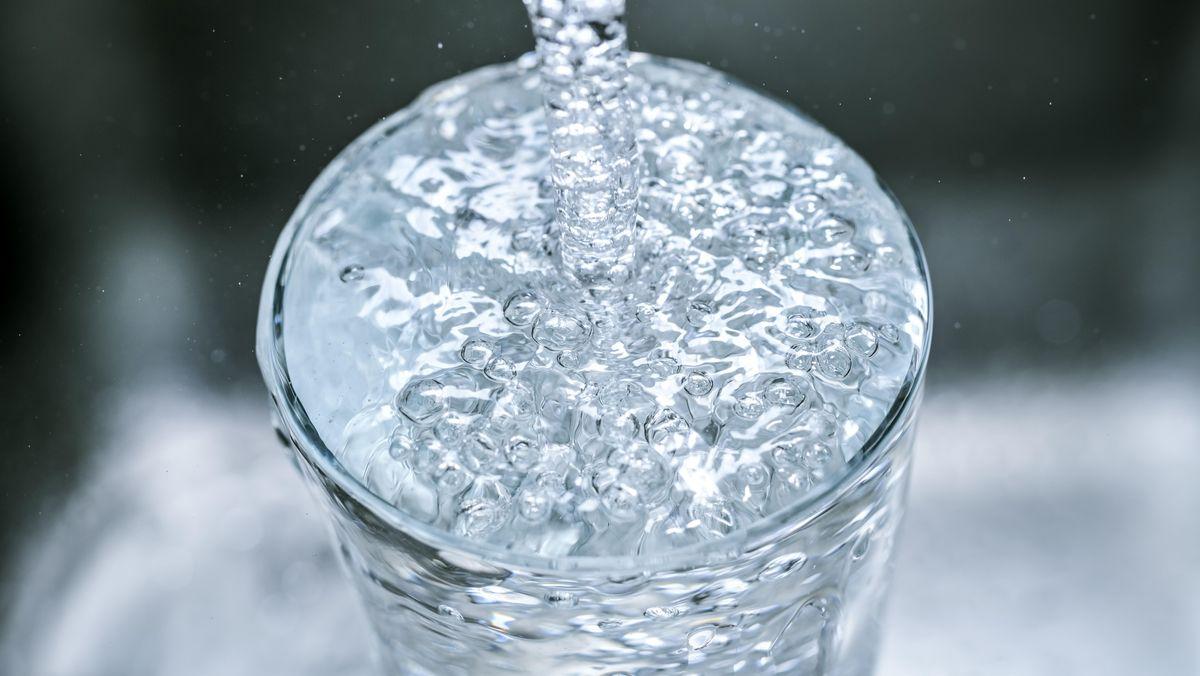 Glas mit sprudelndem Wasser - Symbolbild