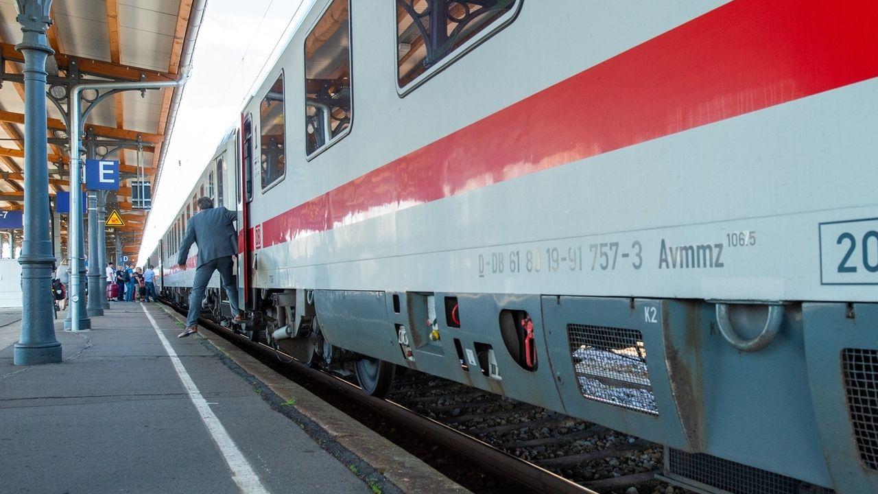 Ein Bahnreisender steigt an einem Bahnhof aus einem Intercity aus (Symbolbild)
