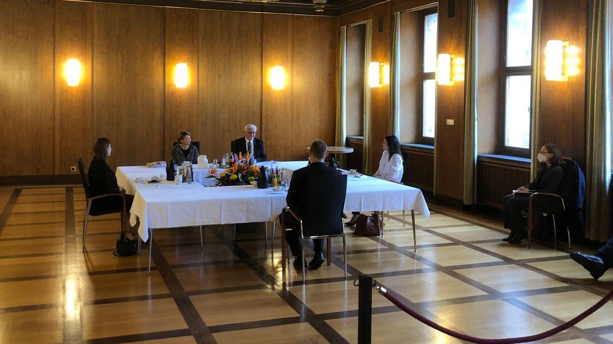 Frank-Walter Steinmeier im Gespräch an einem großen Tisch