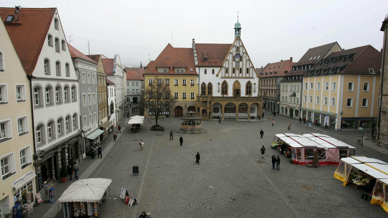 Amberg: Blick über den Marktplatz und auf das Rathaus in Amberg nach den Prügelattacken.