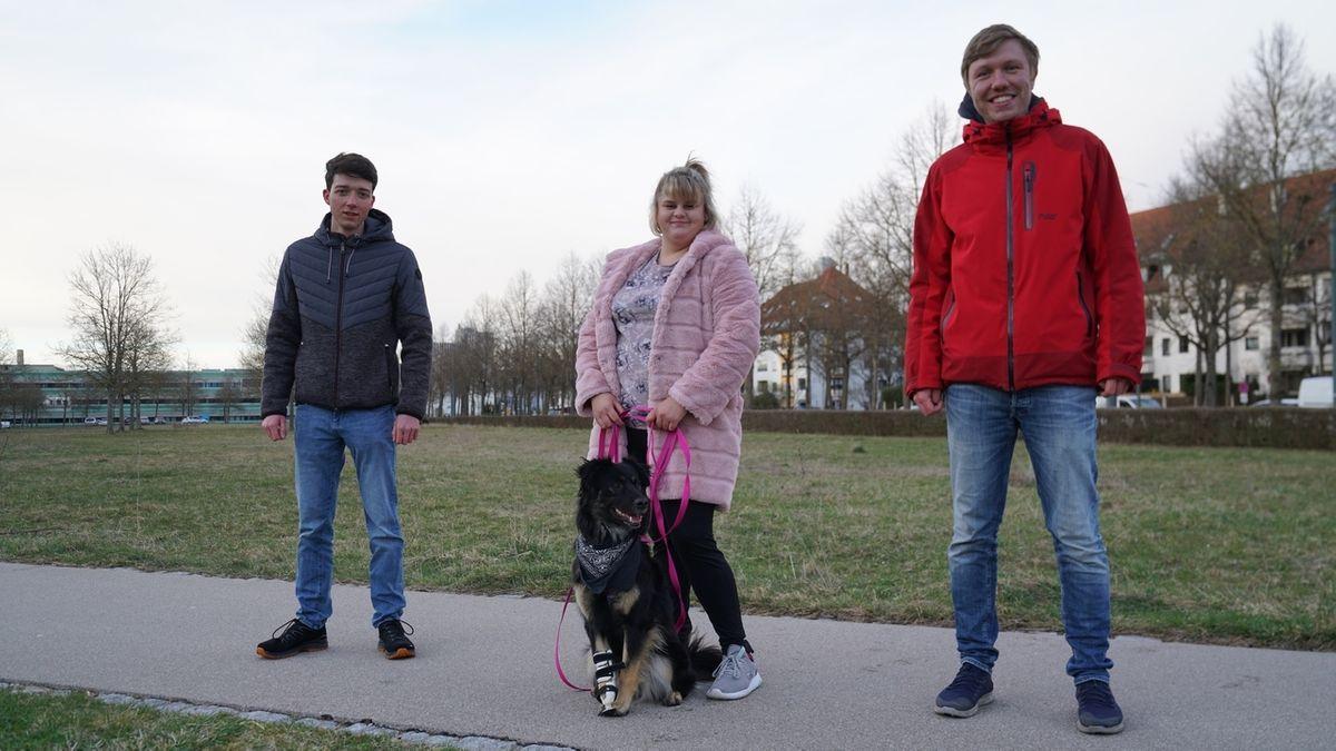 Die zwei Augsburger Studenten Dominik Hogen (l.) und Simon Schuß (r.) entwickeln Prototypen für Beinprothesen aus dem 3D-Drucker für Hunde. In der Mitte Blanca Curtean mit Hündin Silva, deren rechte Vorderpfote fehlt.