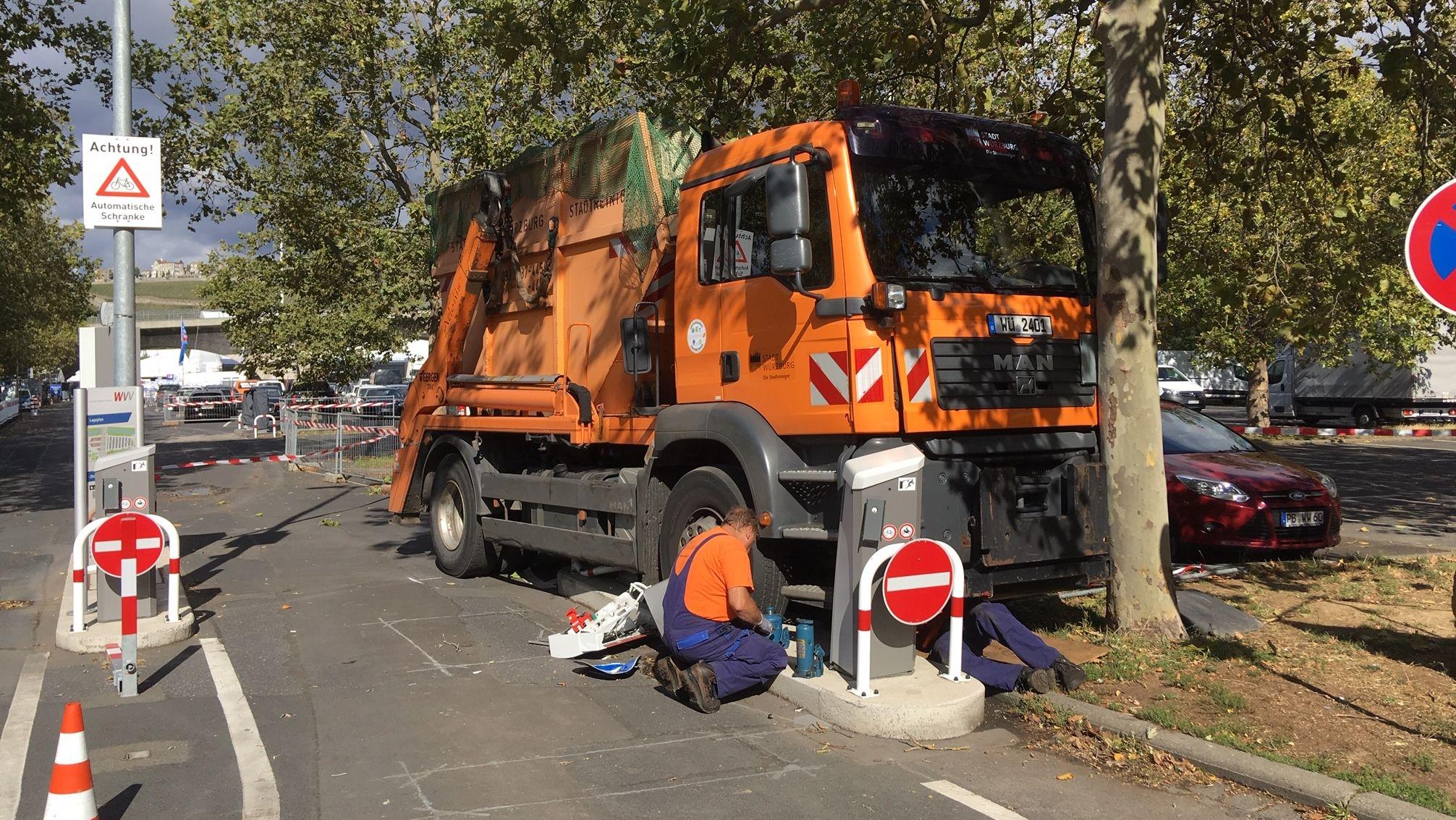 Verunglückter -Container-Lkw auf dem Großparkplatz an der Würzburger Friedensbrücke