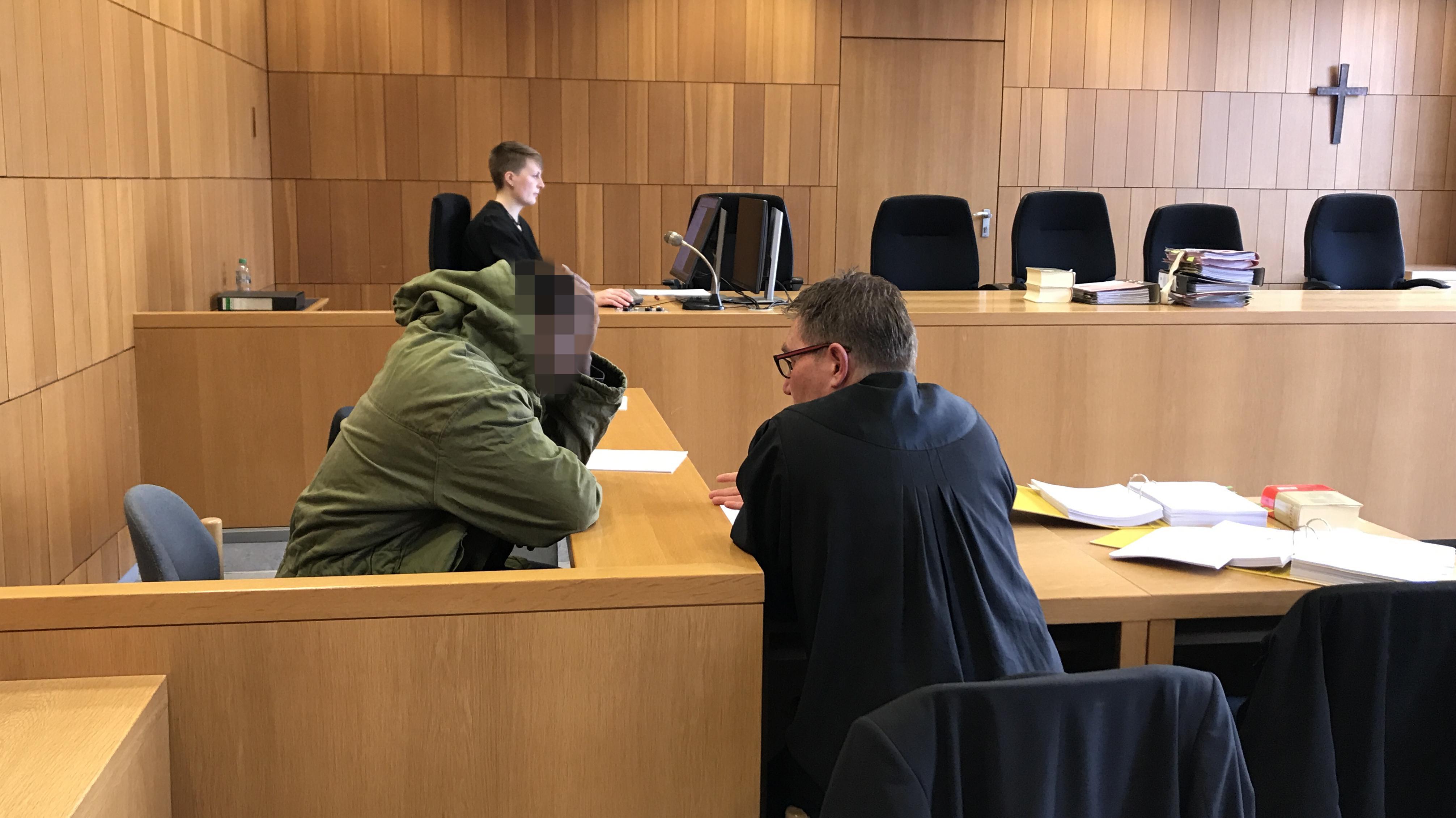 Der Angeklagte mit seinem Verteidiger im Gerichtssaal