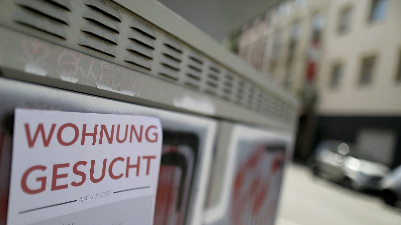 """Zettel mit der Aufschrift """"Wohnung gesucht"""" (Symbolbild)"""