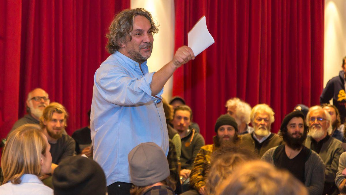 Ein Probenfoto mit Regisseur Christian Stückl, stehend, und mehreren sitzenden Oberammergauer Darstellern